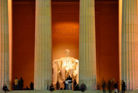 lincoln memorial statue crowded at night